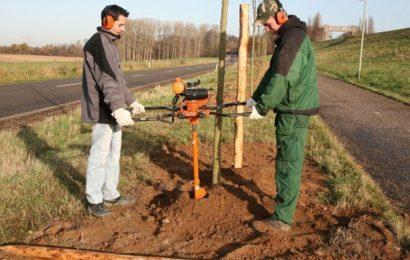 Máte vyvrácený plot? Zemní vrtáky vám pomohou udělat nové jámy